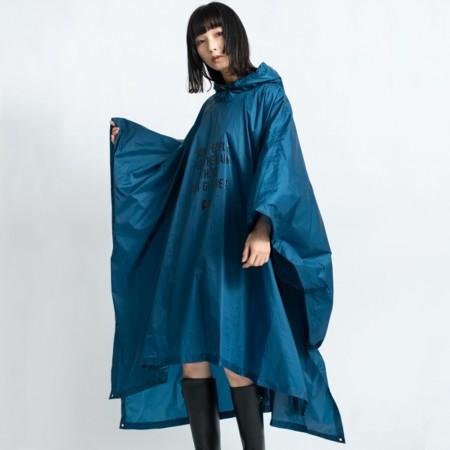 日本KIU  88901 Just get wet!! 碧藍色 極輕大尺寸 成人斗篷雨衣 騎車露營必備 附收納袋(男女適用)