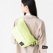 日本 KiU 182935 螢光黃 2用隨身包: 防潮防水胸包變背包 x 單肩包變雙肩包 沙灘袋 游泳袋